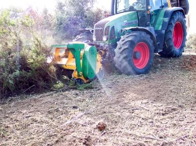 Trituradora forestal de eje horizontal en posición delantera (Serrat)